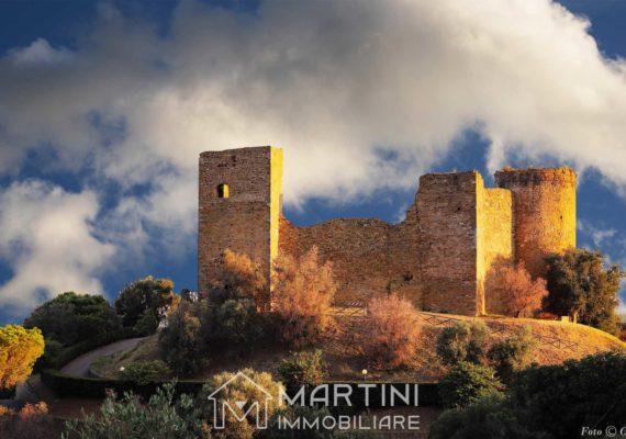 Scarlino e il suo castello che domina il porto e il mare